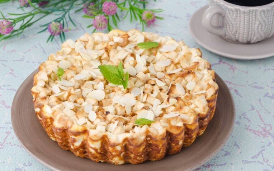 Obuolių pyragas su riešutais ir medumi