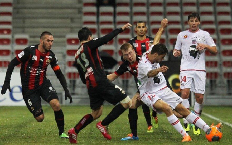 """""""Ajaccio"""" futbolininkai (balta apranga) Prancūzijoje patyrė jau 14-ą pralaimėjimą"""