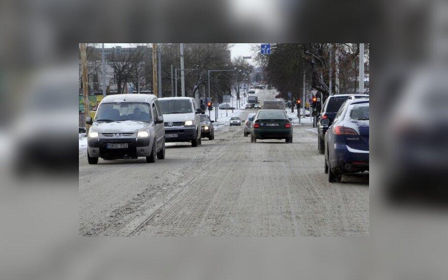 Tempti automobilius žiemą patariama atsargiau