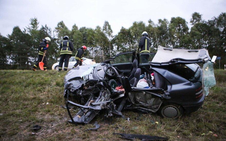 Tragišką avariją Molėtų plente sukėlė 69 metų vairuotojas: žuvo mergina, moteris sunkiai sužalota