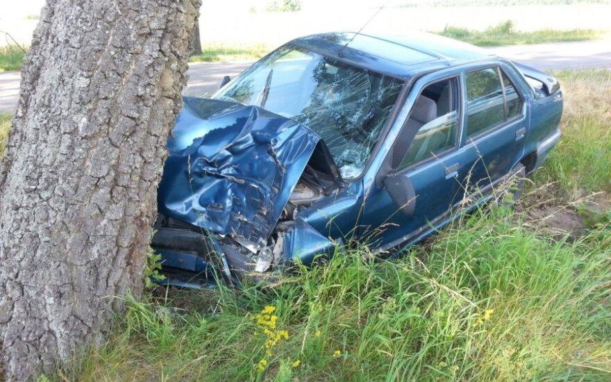 Telefoną grabinėjęs jaunas vairuotojas rėžėsi į medį - variklis kone sulindo į saloną