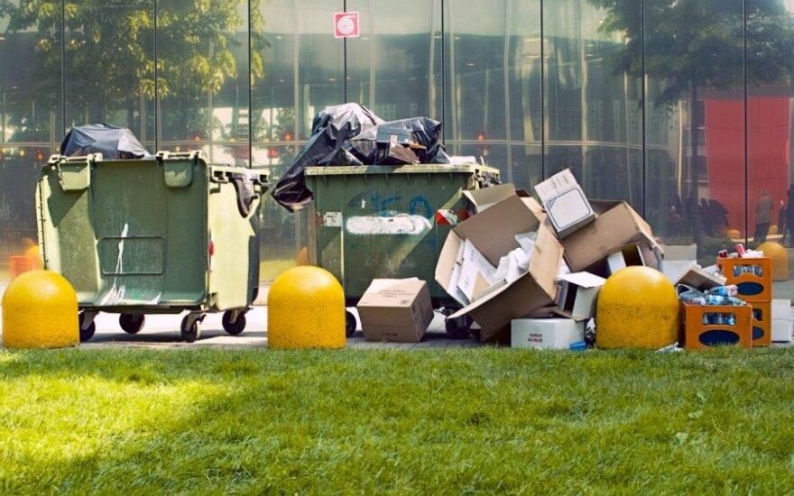 Pakuočių atliekos neretai užkemša konteinerius. Ar reikėtų jas apmokestinti papildomai?