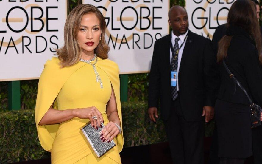 """""""Auksinių gaublių"""" apdovanojimų ceremonijoje J. Lopez pamėgdžiojo garsiąją A. Jolie pozą"""