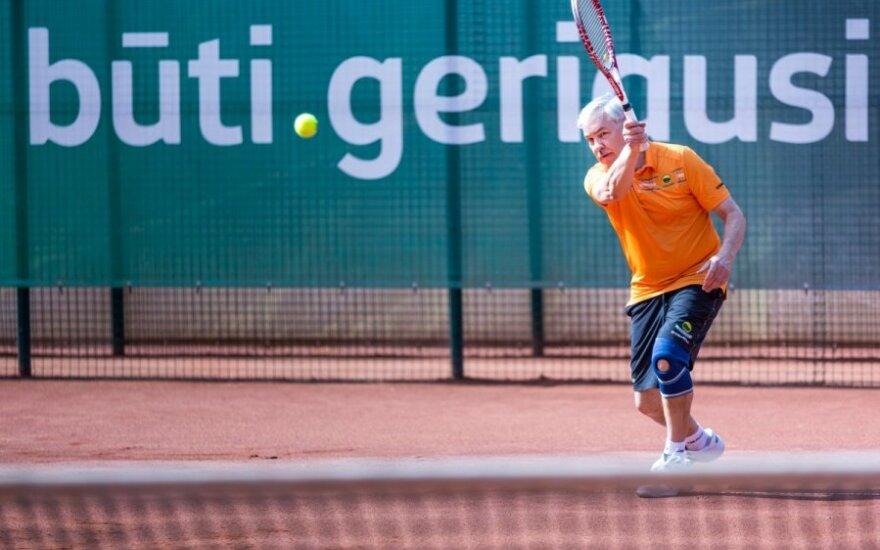 Zigmantas Balčytis žaidžia lauko tenisą