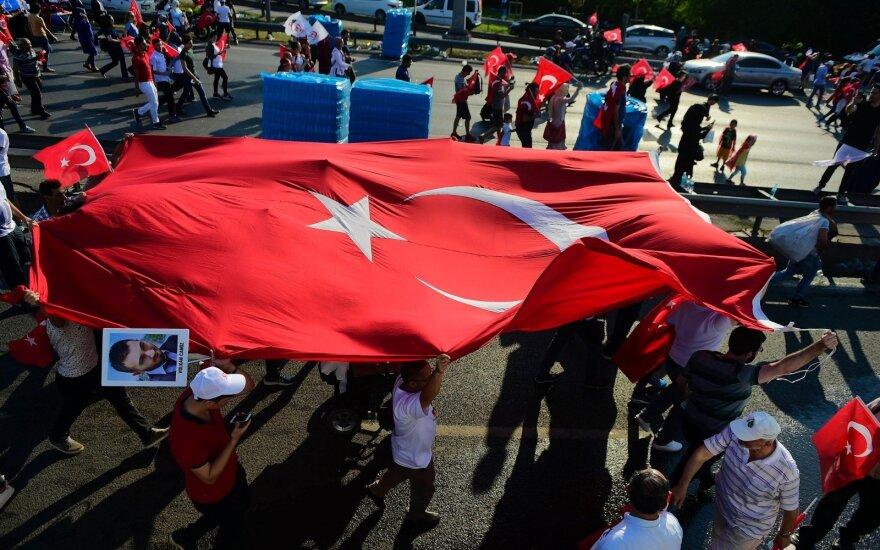 Turkijos teismas nusprendė nepaleisti šešių žmogaus teisių gynėjų
