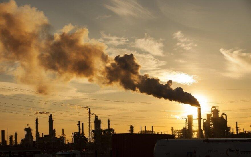Naftos kainos kilstelėjo, tačiau toliau laikosi siaurame diapazone