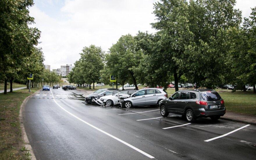 Pašilaičių gyventojai sunerimę: naujose stovėjimo vietose paliktus automobilius daužo greičio mėgėjai