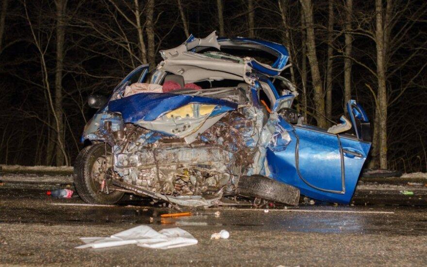 Kelyje Utena-Zarasai kraupi avarija pareikalavo užsienietės gyvybės, dar du žmonės ligoninėje
