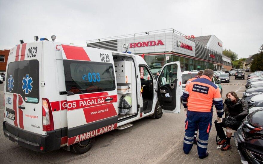 """Neįprasta avarija """"Hondos"""" atstovybėje Vilniuje: bandydamas motociklą pirkėjas trenkėsi į parduodamus automobilius"""