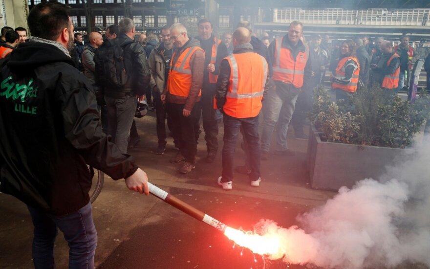 Prancūzijoje streikuojantys geležinkelininkai įsisiautėjo