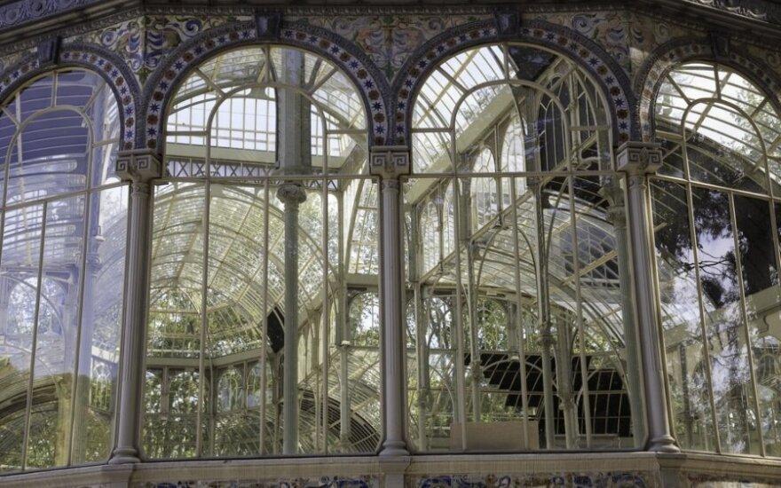 Pačiame Madrido Buen Retiro parko centre stūkso įspūdingi stiklo rūmai