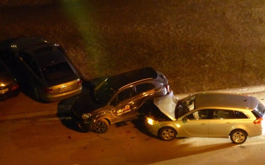 Neblaivus vairuotojas kieme sudaužė kelis automobilius (asociatyvi nuotr.)