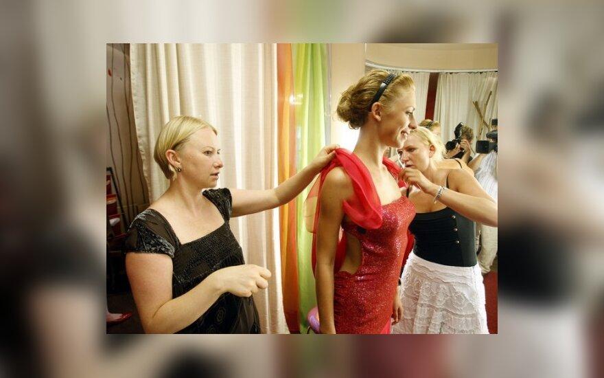 Dizainerė Julija matuoja suknelę