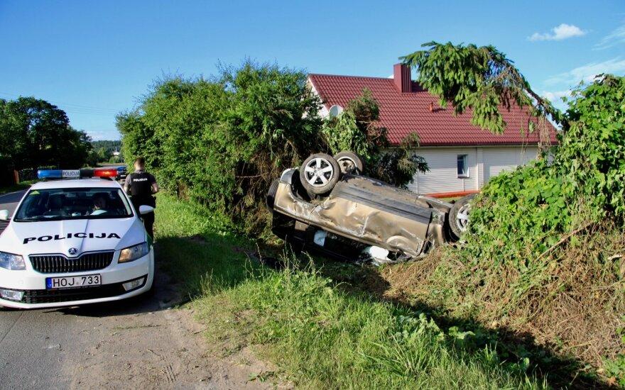 """Vilniaus r. automobilis rėžėsi į namo tvorą ir apvirto: vairuotojas sumaitojo nesenai pirktą """"Land Rover"""""""