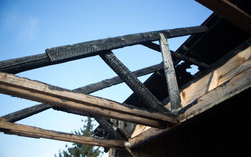 Vilniaus rajone per gaisrą sudegė namas, žmonių aukų išvengta