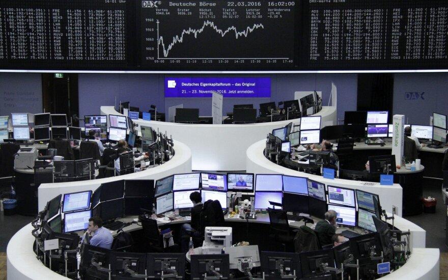 Europos akcijų indeksai smunka, pinga Italijos bankų akcijos