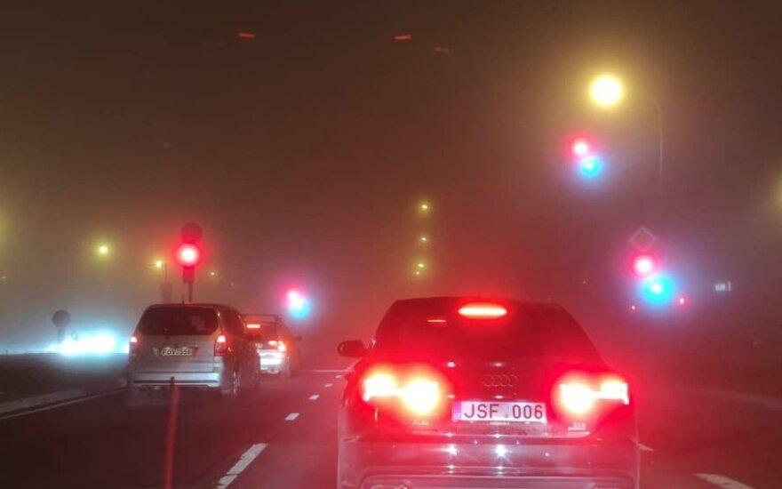 Vilniaus gatves užklojo tirštas rūkas: nematyti net šviesoforų