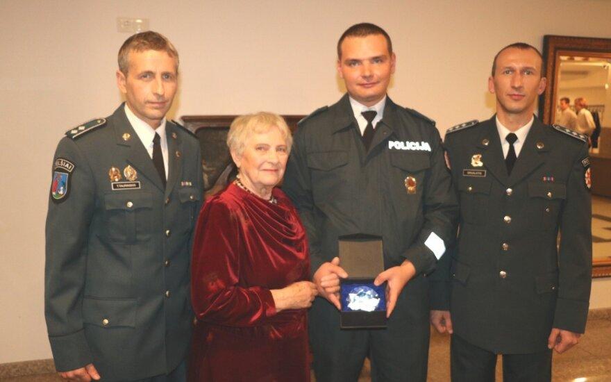 Pareigūnų išgelbėta senolė dar kartą susitiko su atsiliepusiais į jos pagalbos šauksmą