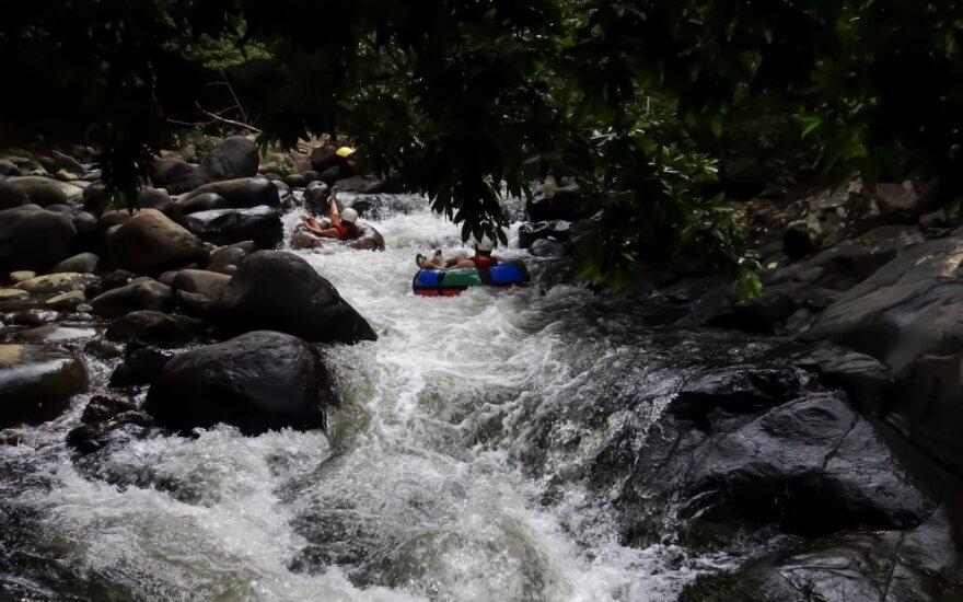 Pramogautojai plaukia plaustais Kosta Rikoje