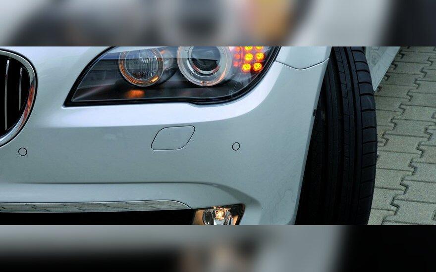Agresyvų vairuotoją galima pažinti ir iš automobilio buferio
