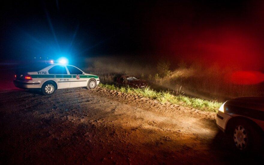 """Naktį persekiodami bėglius policininkai panaudojo ginklus – """"Nissan"""" apvirto"""