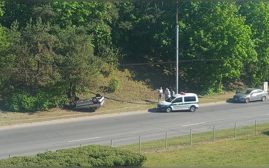 Sostinėje ant stogo apsivertė automobilis, pranešama apie sužalotą vyrą