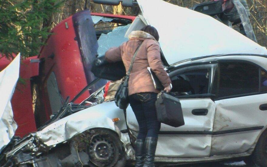 Vairuotojai kalbantis su policininkais, jos automobilį iš griovio išsviedė apvirtęs sunkvežimis