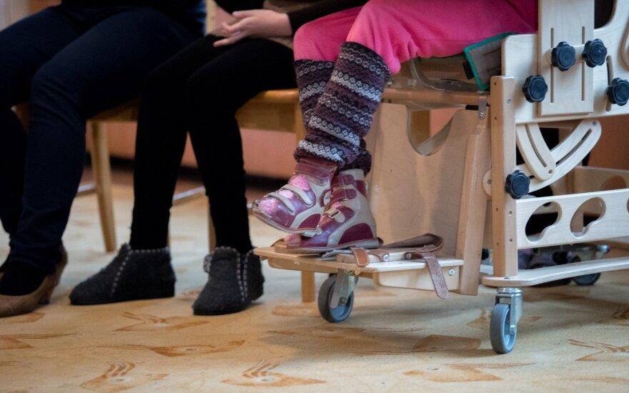 Neįgalius vaikus auginančioms šeimoms siūloma ilginti atostogas