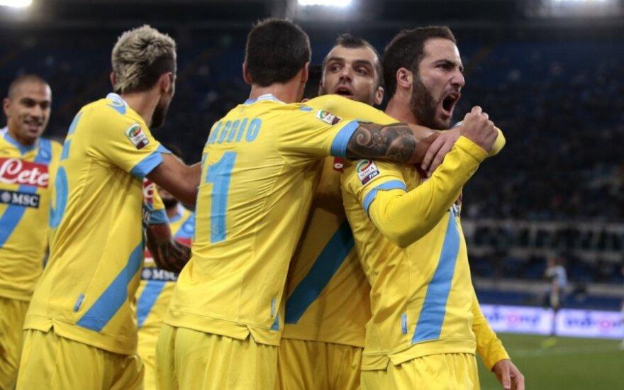 Gonzalo Higuainas su komandos draugais džiaugiasi įvarčiu