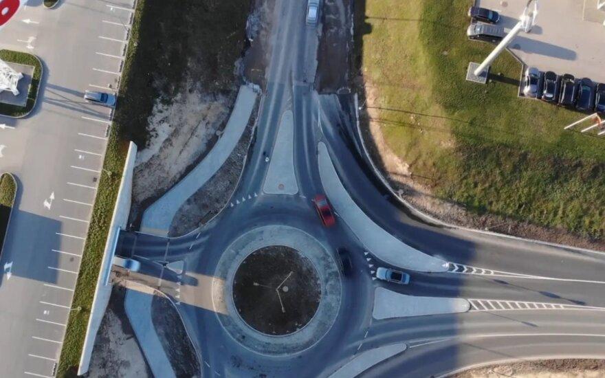 Naujas žiedas stebina Kauno vairuotojus: pritrūko skaldos ir asfalto?