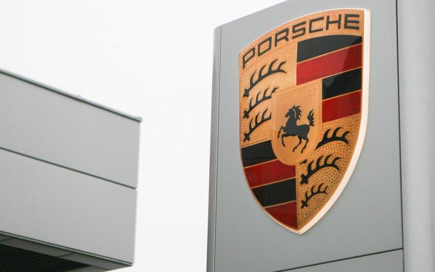 """""""Porsche"""" biuruose – kratos: biurus ir darbuotojų namus krėtė 200 pareigūnų"""