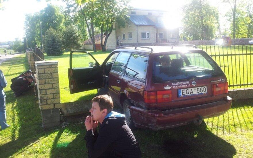 """Širvintose vilniečio """"VW Passat"""" taranavo parapijos namų tvorą"""