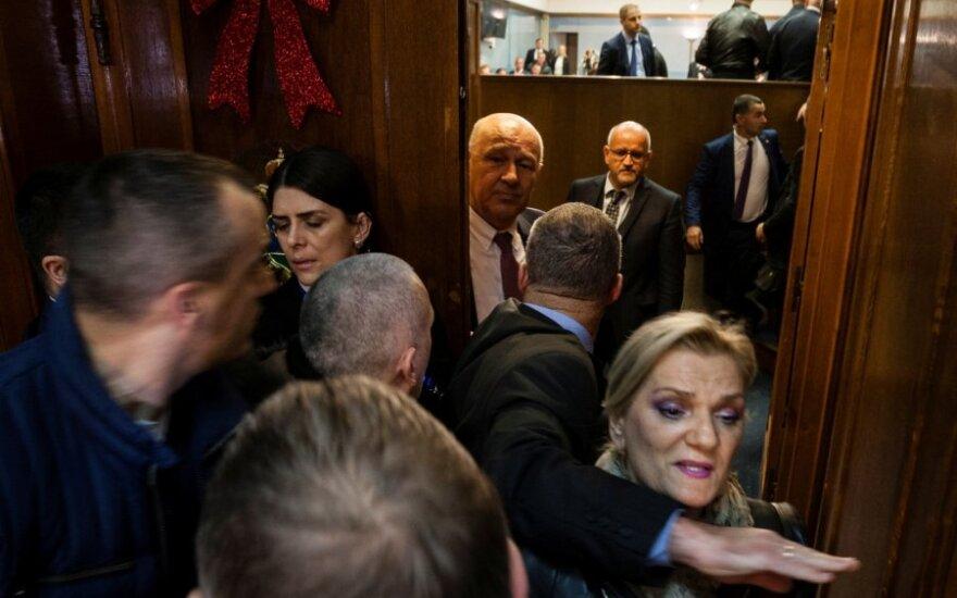 Juodkalnijos parlamente kilus chaosui dėl įstatymo, sulaikyta keliolika parlamentarų