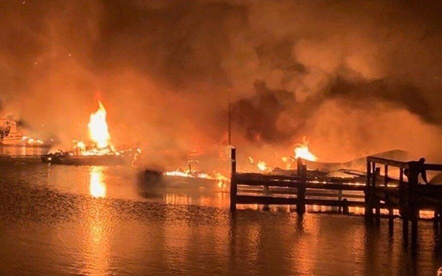 JAV per gaisrą, apėmusį laivus prieplaukoje, žuvo nežinomas skaičius žmonių