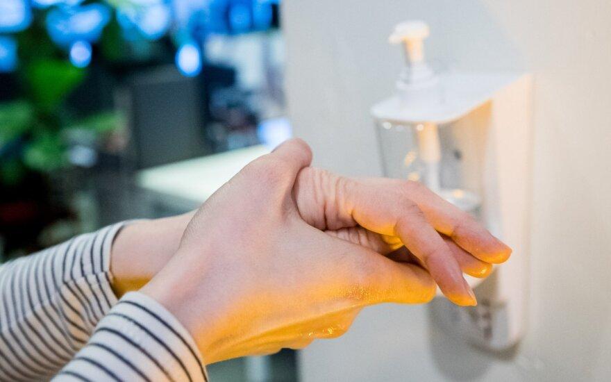 Gydymo įstaigas ir gyventojus pasieks daugiau dezinfekcinio skysčio: į gamybą įtraukiama daugiau įmonių