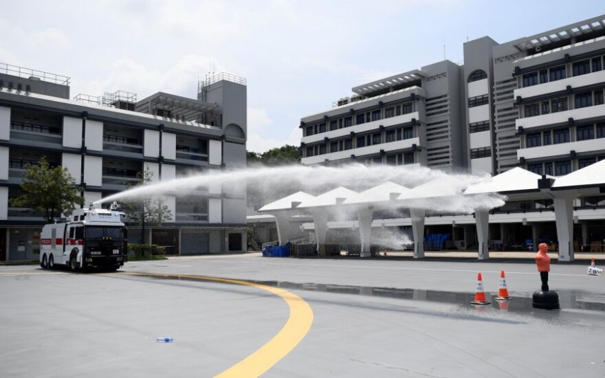 Prie Honkongo oro uosto policija panaudojo pipirines dujas prieš protestuotojus