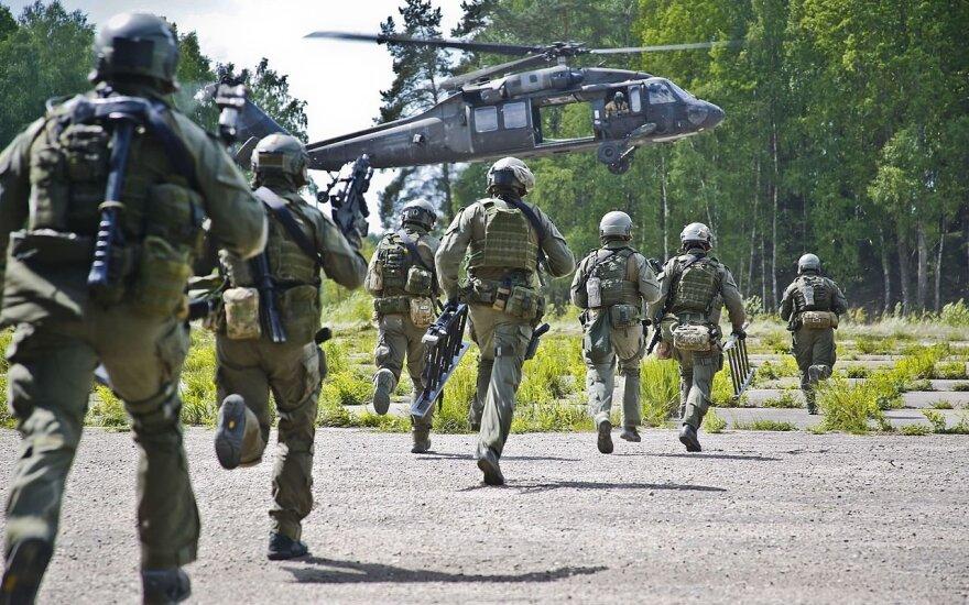 """Lietuvos Specialiųjų Operacijų Pajėgų kariai skuba į """"Black Hawk"""" (2016-ieji metai)"""
