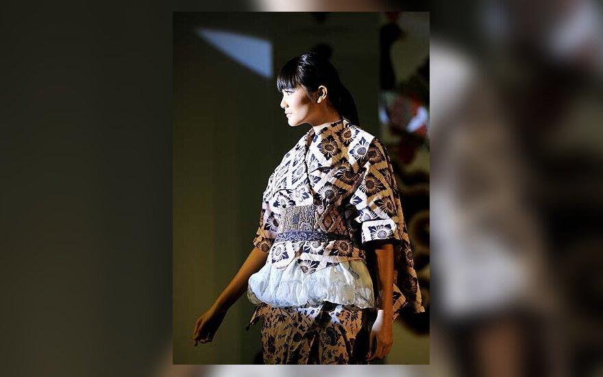 Modelis demonstruoja iš batikos pasiūtą  drabužį