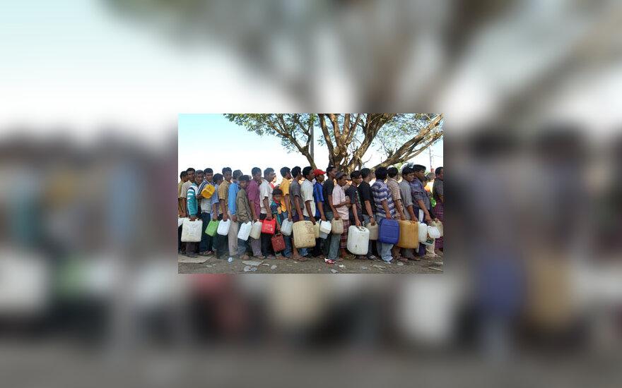 Nuo cunamio nukentėję Azijos gyventojai stovi eilėje vandens