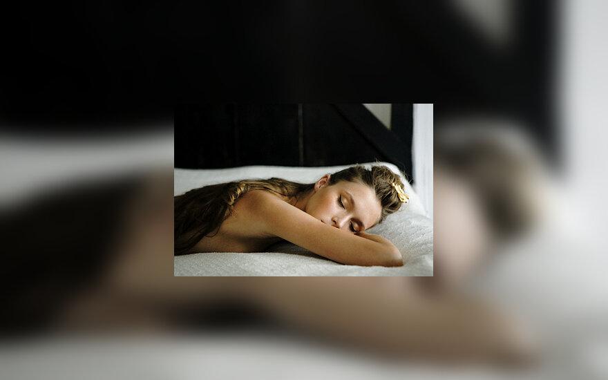 Miegas, moteris, grožis