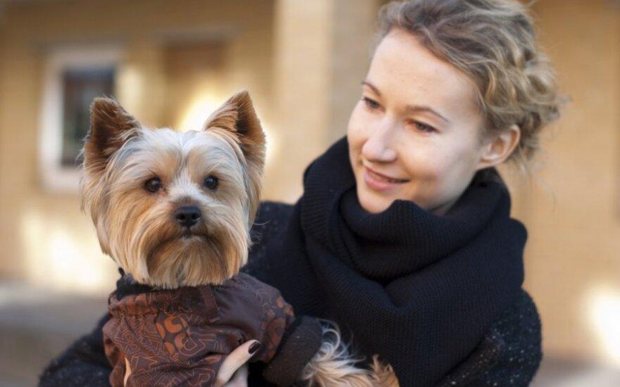Beglobius šunį ir katę priglaudusi pora: nebuvo ko bijoti