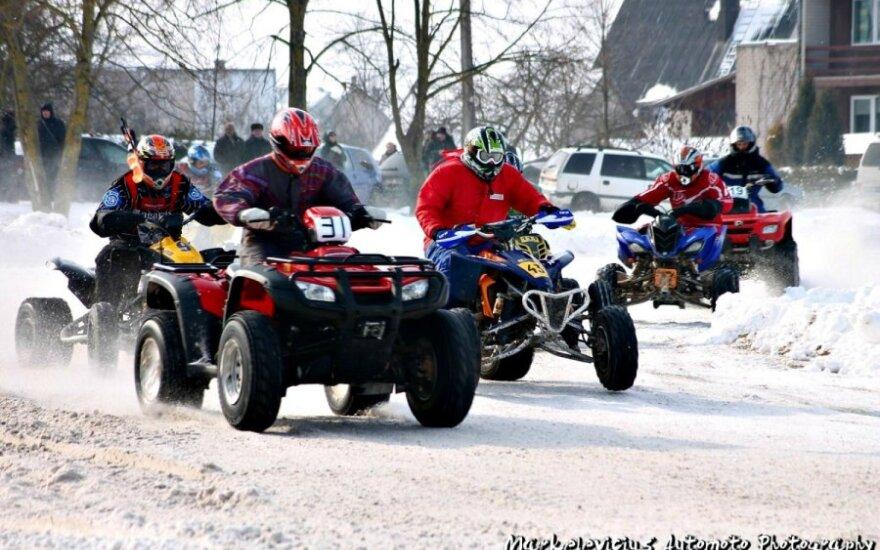 Kupiškio piliakalnio pašonėje - ledu skriejantys automobiliai ir motociklai