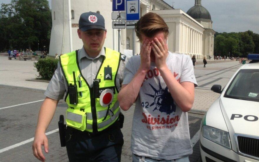 Policija paskelbė, kaip įvertino monsinjorui A. Svarinskui užpakalį rodžiusio olando elgesį