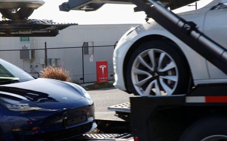 """""""Tesla"""" gali atimti iš """"Toyota"""" brangiausios pasaulyje automobilių gamintojos titulą"""