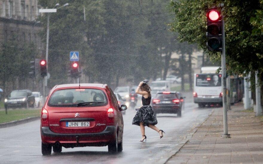 Atšiaurusis vasaros etapas trauktis nežada: lietaus sulauks daugelis rajonų