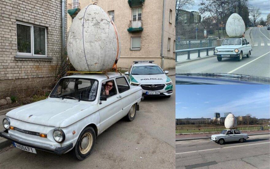 Neįprastas velykinis vaizdas: Vilniaus gatvėmis važinėjosi su milžinišku kiaušiniu ant stogo