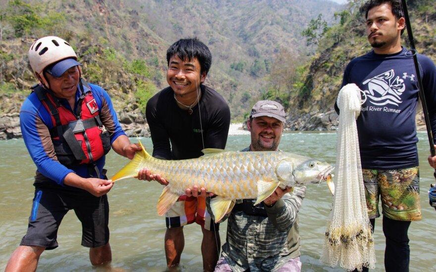 Gediminas Šaučiuvienas su vietiniais žvejais Nepale