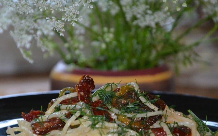 Makaronai su džiovintais pomidorais ir baltu sūriu