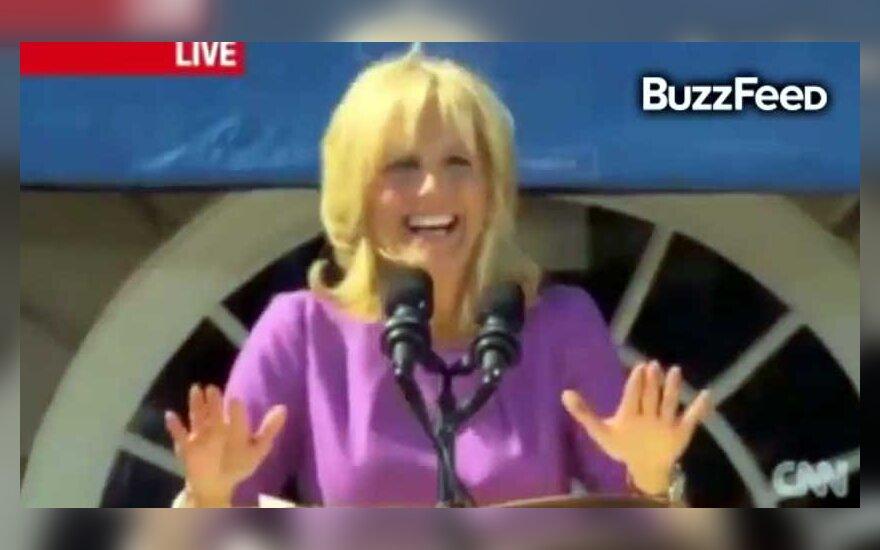 Joe Bideno žmona netyčia pajuokavo apie penį, prajuokindama minią