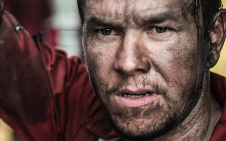 """Markas Wahlbergas, kadras iš filmo """"Liepsnojantis horizontas"""""""